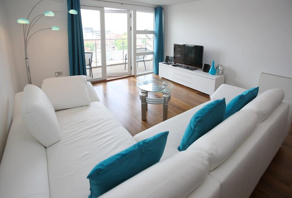 Modernes wohnzimmer in weiss petrol bauen und wohnen in der schweiz - Modernes wohnen wohnzimmer ...